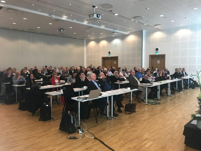 Konferansedeltakere 667x500 - PRESENTASJONER FRA KONFERANSEN 7.5.2018: REFORMENE SOM SENTRALISERER NORGE